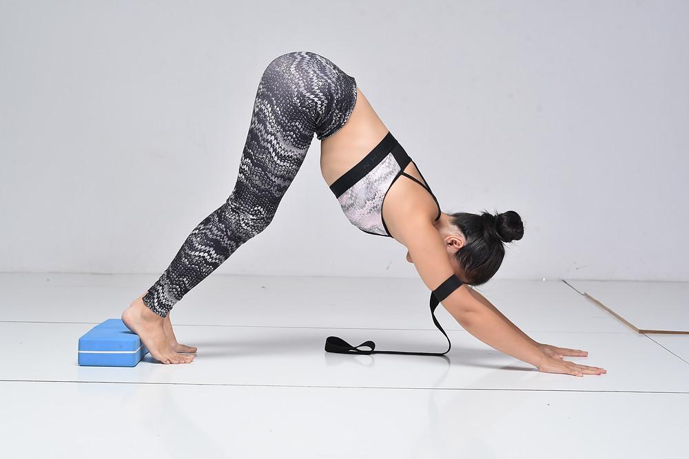 Hà My Yoga thực hiện tư thế Chó Úp Mặt trong yoga