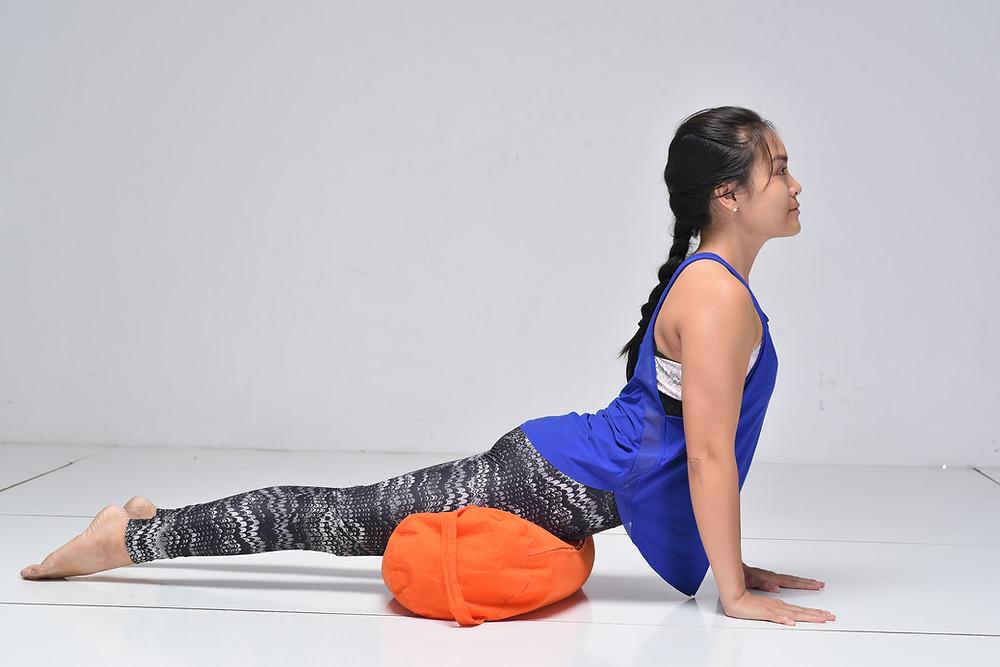 Hà My Yoga thực hiện tư thế Chó Ngửa Mặt