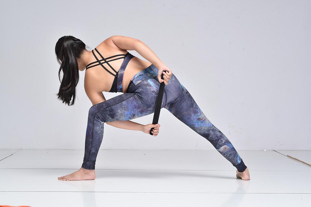 Hà My Yoga thực hiện biến thể cầm dây trong tư thế Góc Nghiêng