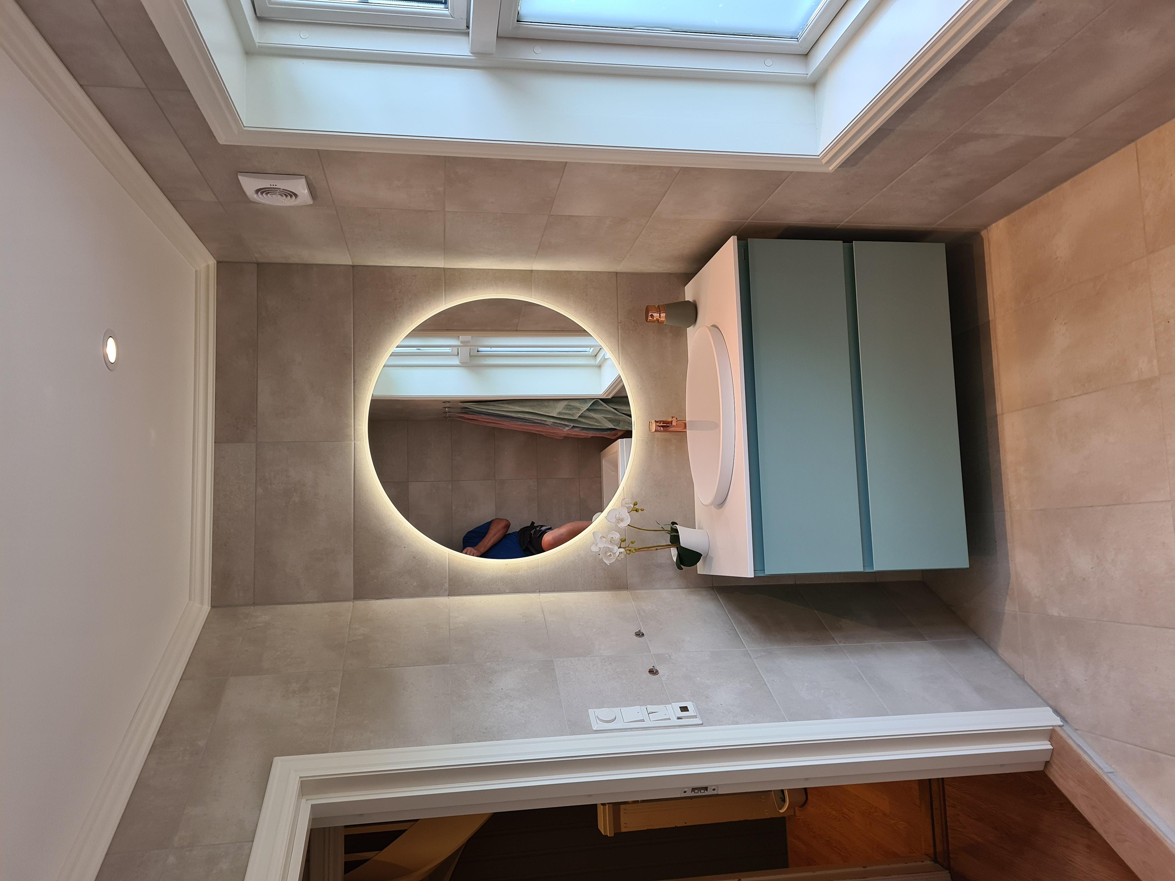 Moderne speil med belysning langs kanten