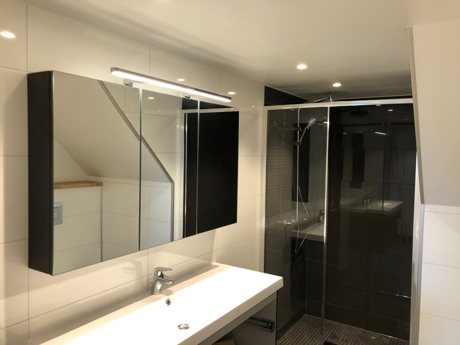 Moderne bad med dusjnisje og hjørnebadekar