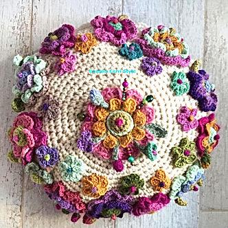 Boho pillow con fiori a crochet