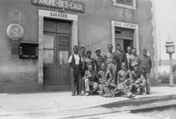 2-_En_1942,_un_membre_de_l'organisation_Todt__surveille_les_travailleurs_Français_du_STO_Document_Mu