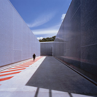 Le béton poli de façade est coloré à l'oxyde de cobalt et contient des éclats d'émail bleu fabriqué artisanalement.