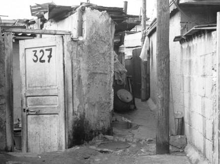 Vue d'une impasse, bidonville de la rue des Près, 1968.