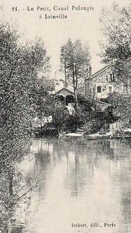 Vue pittoresque sur le canal Polangis. Également appelé le Petit Bras de Polangis ou Rivière de Polangis, le cours d'eau est artificiel et fut creusé en 1886 par les lotisseurs de l'époque, afin de mieux vendre les parcelles environnantes aux Parisiens.