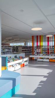 Le mobilier coloré de l'espace enfant de la bibliothèque a été réalisé sur-mesure par les architectes.
