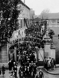 Sortie des employés des studios Pathé en 1929. Il y avait là des décorateurs, metteurs en scène, machinistes, caméramans….