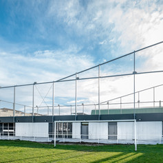 Cet édifice toulousain imaginé et livré en 2013 par l'agence Seuil architecture reçoit des espaces associatifs dans son socle, tandis que sa toiture est un terrain de pelote basque.