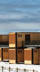 Durant l'hiver 2018, l'hôtel éphémère le Flying Nest, imaginé par le designer Ora Ito, s'installe temporairement à Avoriaz 1800. Chaque module accueille une chambre positionnée de façon à bénéficier d'une vue imprenable sur le massif enneigé.