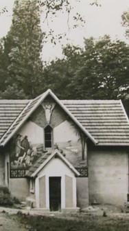 Le hangar à bateaux transformé en chapelle provisoire avant la construction de l'église. Il est toujours visible aujourd'hui et est décoré de fresques extérieures.