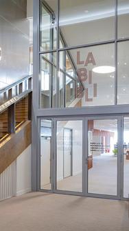 L'escalier monumental encadre l'entrée de la bibliothèque et conduit les visiteurs vers les étages supérieurs.