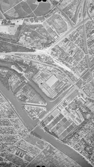 Photographie aérienne de 1949 figurant la trajectoire de l'ancien canal Saint-Maurice (1864-1954).
