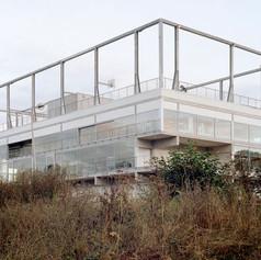L'agence d'architecture française MUOTO a livré en 2016 à Saclayun bâtiment mixte abritant un restaurant universitaire, des bureaux et un terrain de basket.