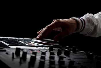 Peter-V-Mixing-Live-Hand-Pioneer.jpg