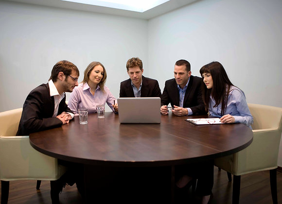 Im Business Meeting wird das LinkedIn Follower Kaufen gezeigt.