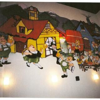 Painel com a pintura de casinhas alemãs e aplicação de personagens feitos em MDF