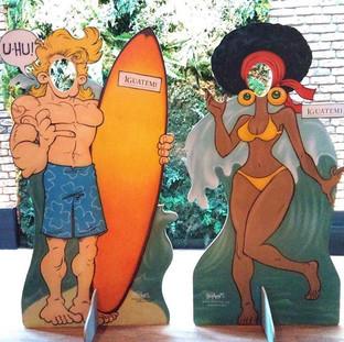 Painéis com surfista e mulher de biquini black power