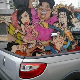 Painel com caricaturas de Amy Winehouse, Tim Maia e Michael Jackson - entre muitos outros