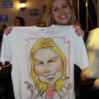 Caricaturas feitas em camisetas com aerógrafo