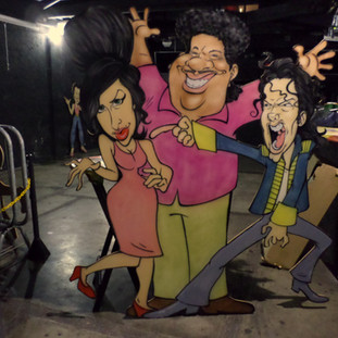 Painel com caricaturas de Amy Whinehouse, Tim Maia e Michael Jackson