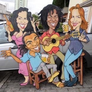 Painel com caricaturas de Gilberto Gil, Gal Costa, Djavan e Ana Carolina