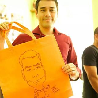 Caricaturas feitas em sacolas com caneta de tecido