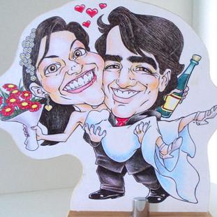 Tótem com as caricaturas de noivos