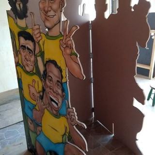 Painel modulado (dobrável) com 2,75 X 1,80 m com a pintura das caricaturas de 12 jogadores da Seleção Brasileira
