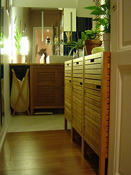 Joseph Vithaya, bon décorateur, Paris 14, 75014, Appartement Paris 18e, décoration d'une salle de bain, salle de bain décoration, agencment salle de bain, store, vasque, lavabo, bois, mitigeur, marron
