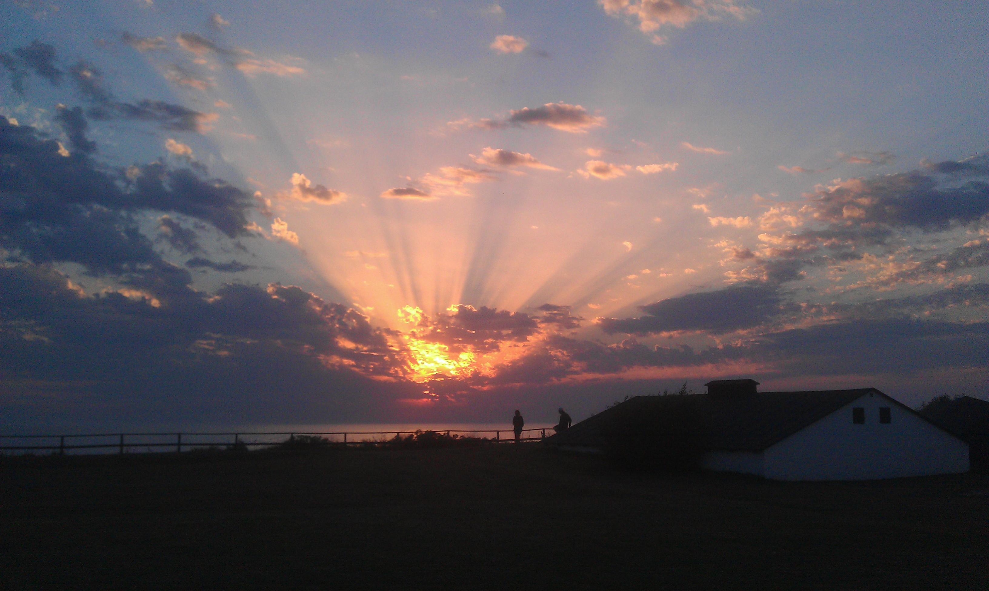Udsigt til smuk solnedgang
