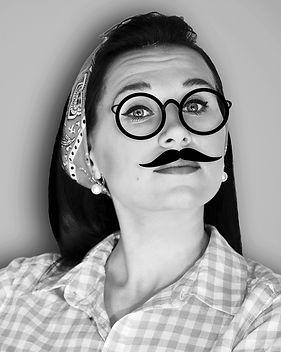 Женщина носить поддельные усы