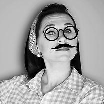 Frau trägt falschen Schnurrbart