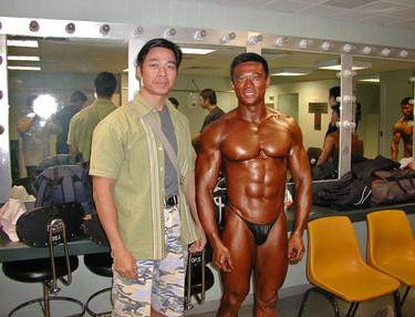 2002年 何榮健(左邊)鄧亮(右邊)出席2002年全港健美錦標賽