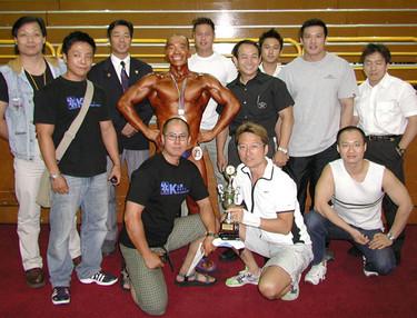 2003年8月10日 鄧兆永出席2003年仁愛堂健美比賽, 比賽完畢後與眾多支持者合照. 及曾代表本中心出席在2005年6月5日全港健美錦標賽75公斤或以下