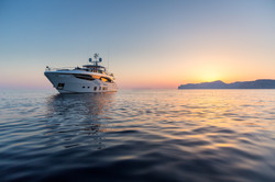 35m-exterior-white-hull-23