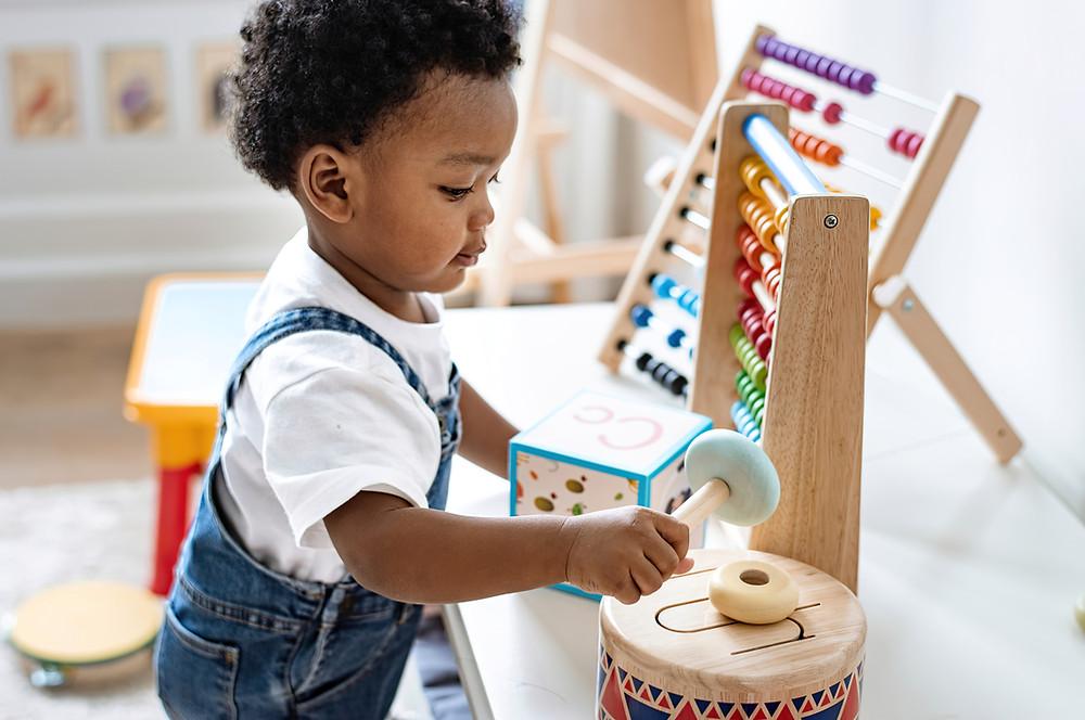 Criança brincando no quarto montessoriano