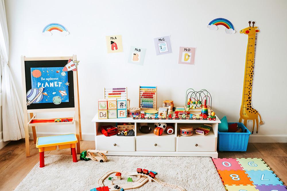 Brinquedos acessíveis no quarto da criança