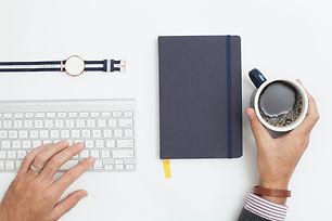 Bureau avec clavier et café
