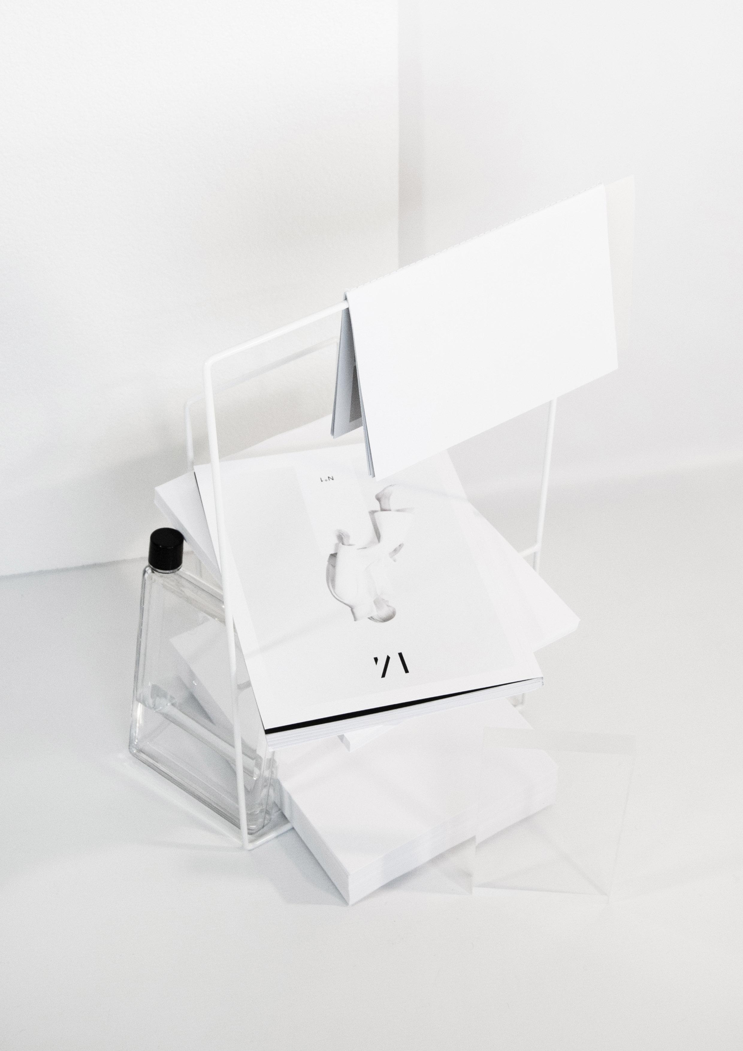 Linea magazine holder