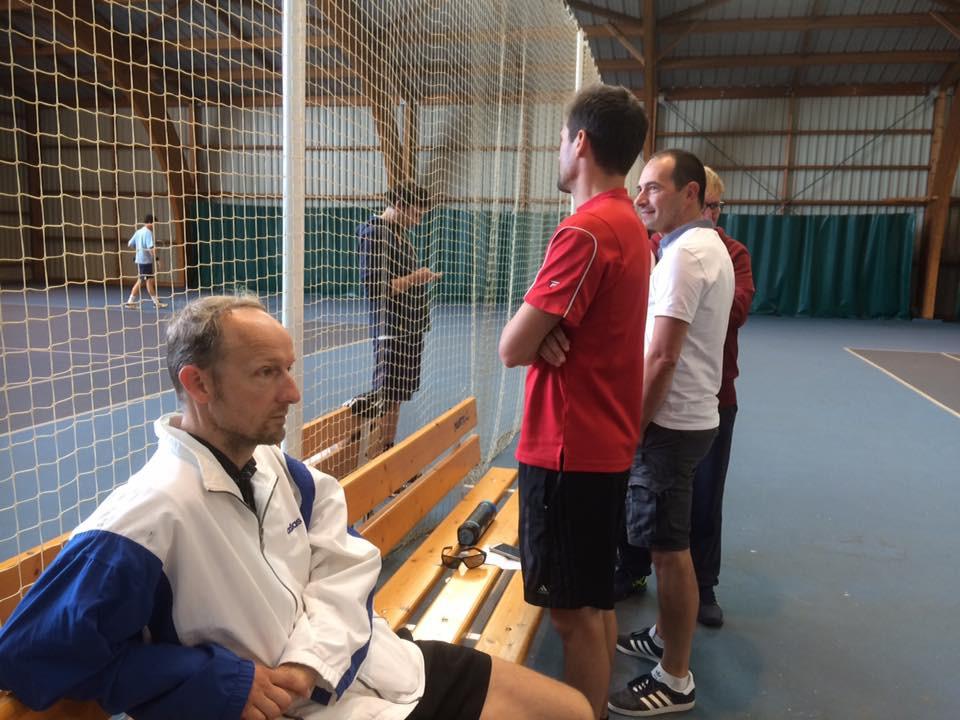 Des joueurs et spectateurs attentifs sur les bords des courts.