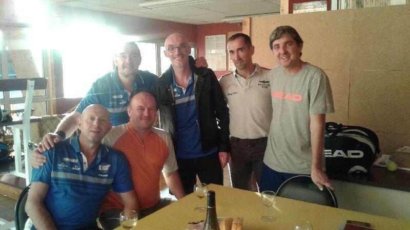 photo de l'équipe +45 ans avec les adversaires du jour à Thouars.