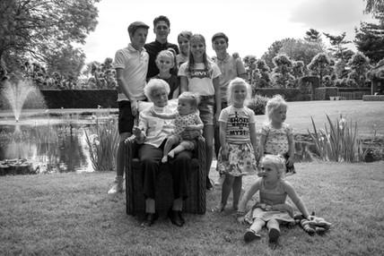 Oma (100!) met achterkleinkinderen
