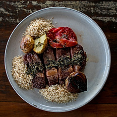 Picanha premium, farofa crocante, legumes assados