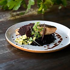 Salmão com arroz negro, ceviche de abobrinha caipira e molho teryiaki