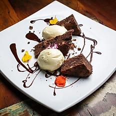 Brownie de chocolatecom nozes, ganache e sorvete de baunilha artesanal
