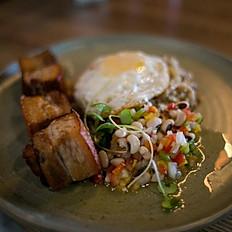 Barriga de porco, arroz queimadinho e vinagrete de feijão fradinho