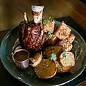 Panturrilha de porco, batata doce rústica e dadinho de canjioca