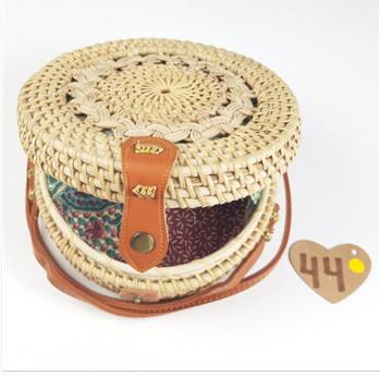 Smukt håndarbejde rund rattan taske