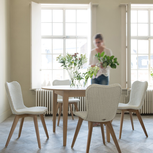 Lily chairs around Lille extendible table.